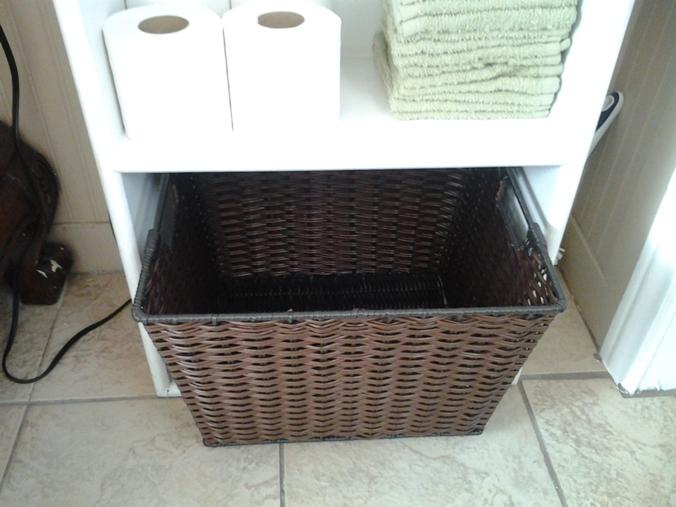 Корзина плетеная для белья в ванной