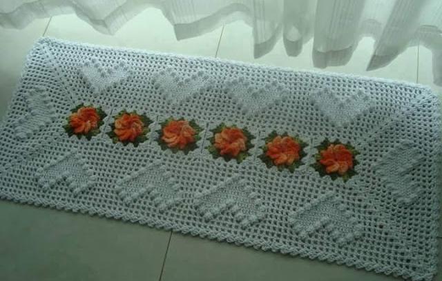 Красивый белый коврик с цветами