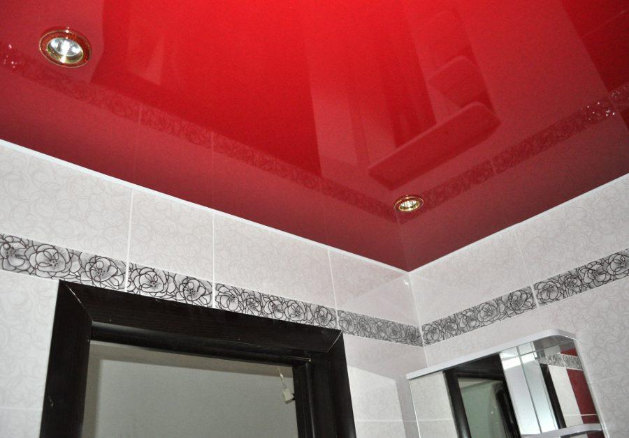 Красный глянцевый натяжной потолок в ванной
