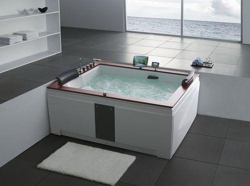 Квадратная ванна с широкими бортами