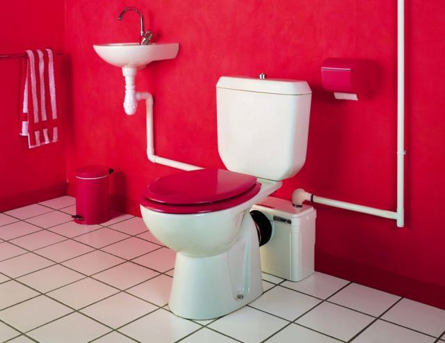 Канализационный насос в интерьере ванной комнаты