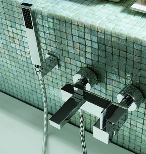 Настенный квадратный смеситель для ванной с душевой лейкой