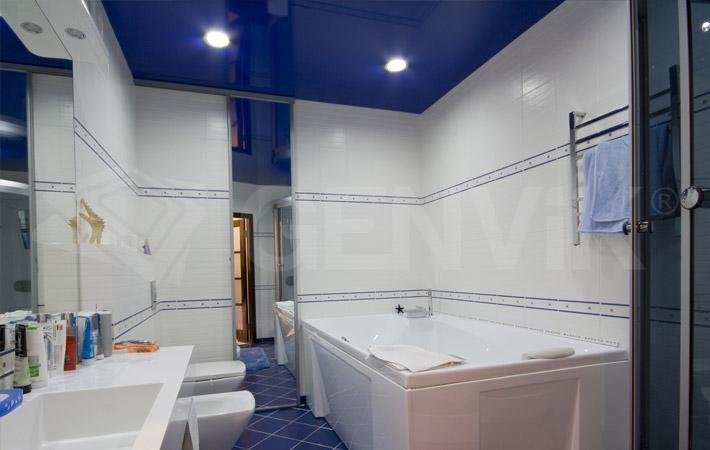 Натяжной потолок в ванной комнате в синем цвете