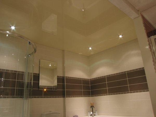 Плюсы такого потолка – высота помещения уменьшается всего на 1-3 сантиметра