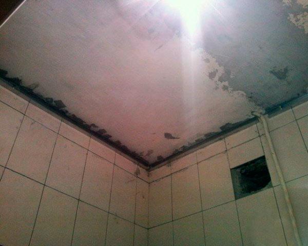 Поверхность потолка в ванной комнате