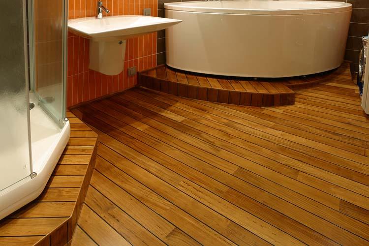 Пол из дерева в ванной комнате