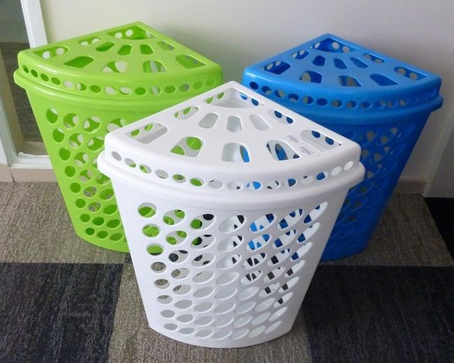 Самая простая пластиковая корзина для белья - угловой вариант