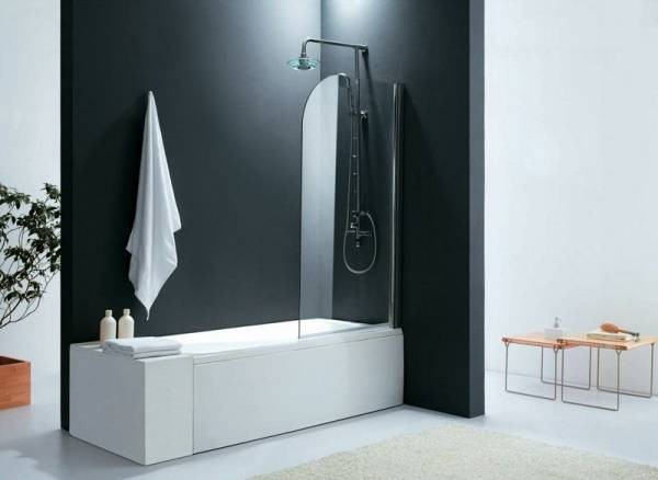 Стеклянные шторки – отличный вариант для современной ванной комнаты