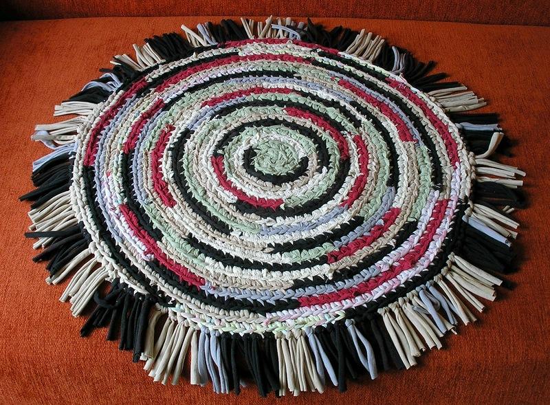 Такие круглые коврики можно связать из нарезанных тонких лент