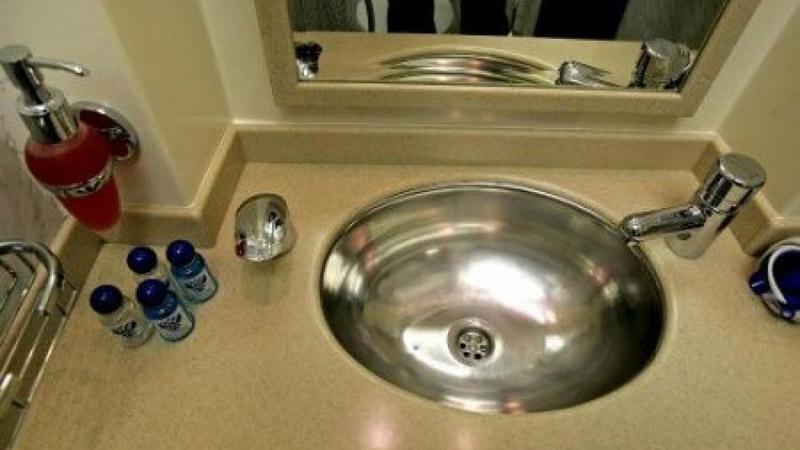 Умывальник из нержавейки для ванной