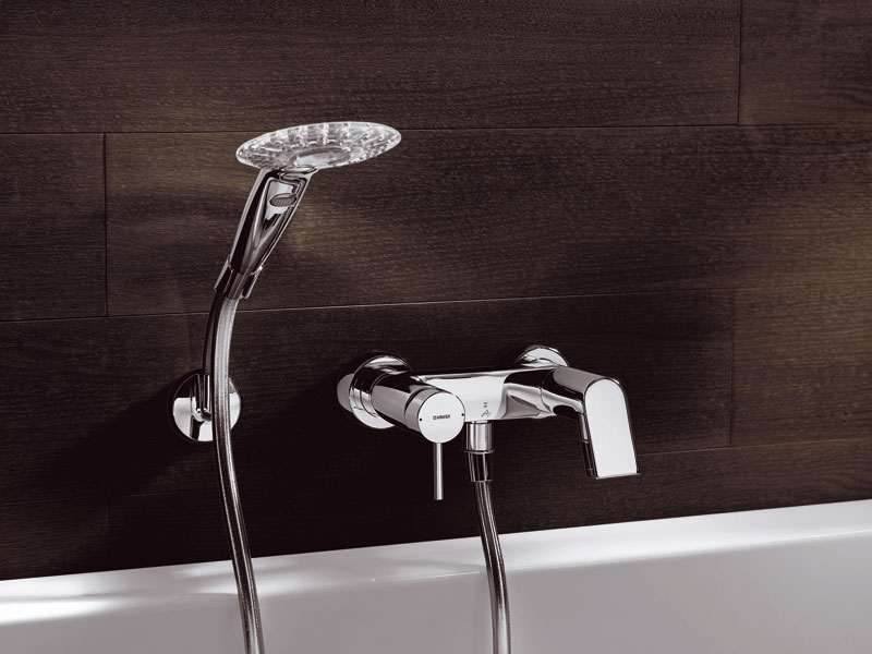 Усовершенствованный настенный смеситель для ванной