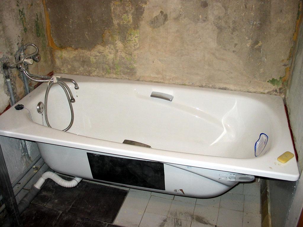 Как установить ванну между стенами