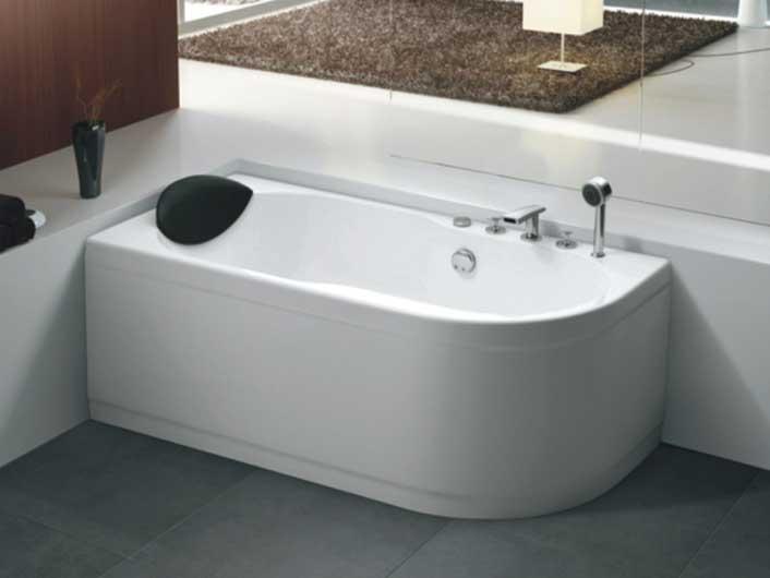 Ванна акриловая с встроенным смесителем