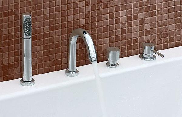 Врезной каскадный смеситель для ванной с встроенным душем