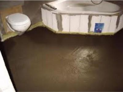 Выравнивающая цементно-песчаная стяжка пола в ванной