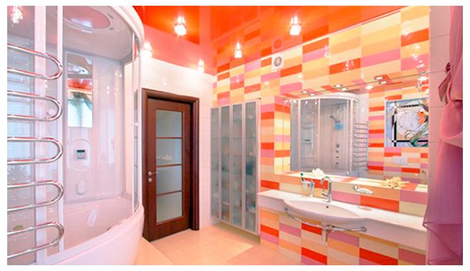 Яркий натяжной потолок в ванной