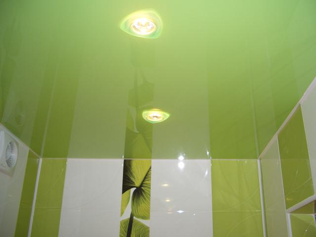Натяжной потолок в ванной комнате зеленого цвета