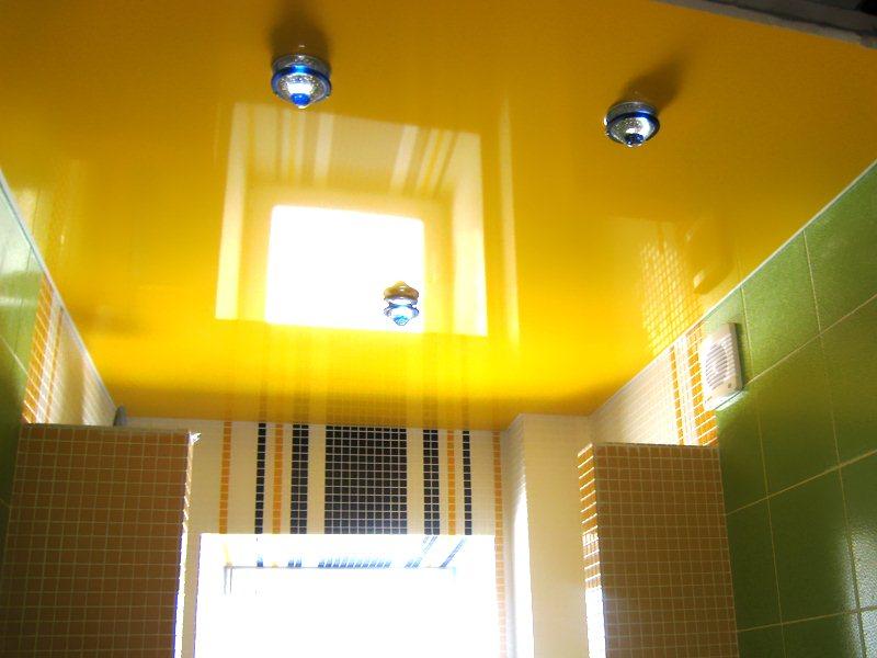 Желтый потолок в ванную