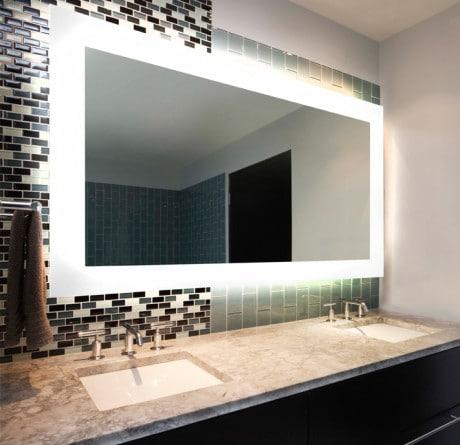 Большое зеркало в интерьере ванной