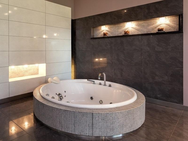 Дизайн ванной с угловой джакузи