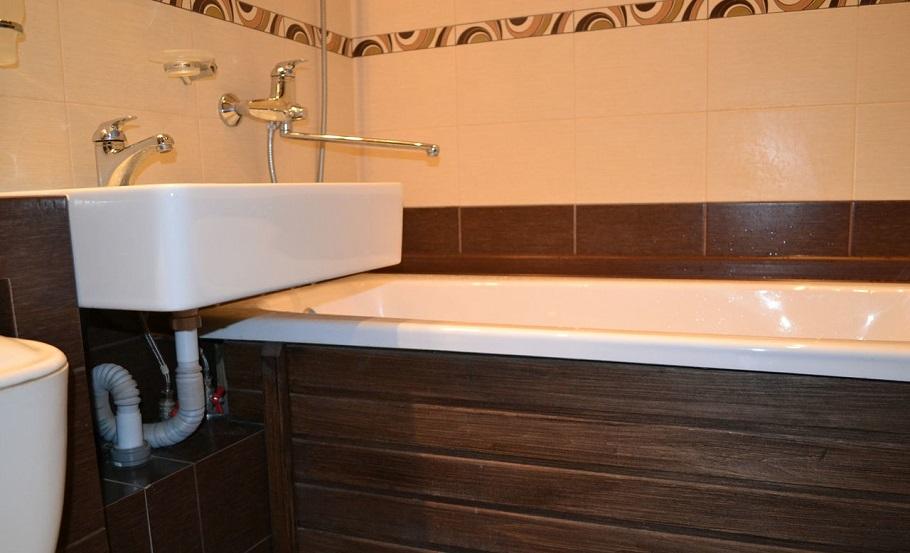 Глухой деревянный экран установленный под ванной