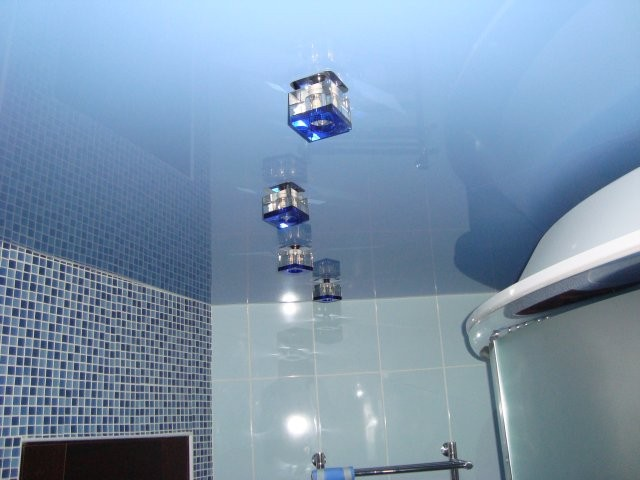 Голубые покрытия в ванной комнате