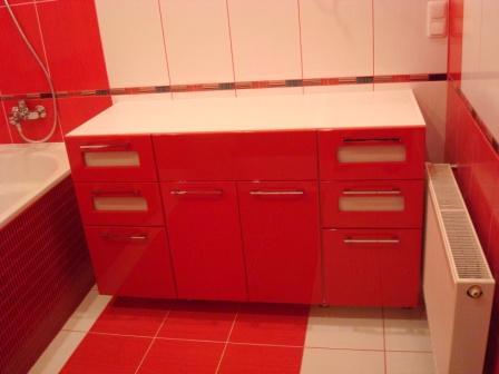 Красивый красный комод в ванную
