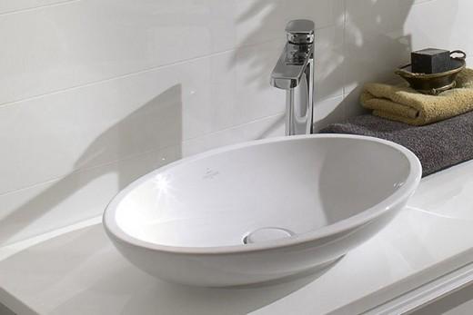 Овальная накладная раковина в интерьере ванной комнаты