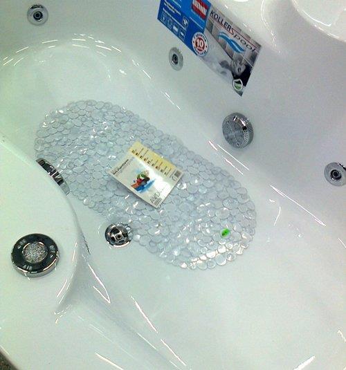 Противоскользящий коврик сделает прием ванной безопасным