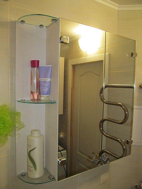 Шкаф с маленьким зеркалом