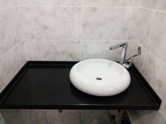 Столешница из акрилового камня для ванной с накладной круглой раковиной