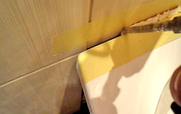 Убираем стыки в ванной пеной