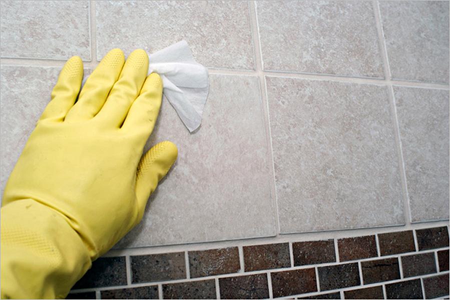 Загрязнения с плитки лучше удалять сразу