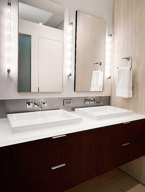 Декорирование зеркал в ванной наружной подсветкой