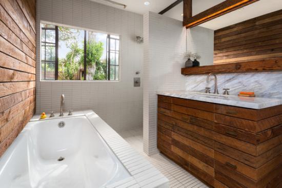 деревянный комод в интерьере ванной