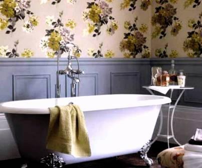 Крупные цветы на обоях для ванной