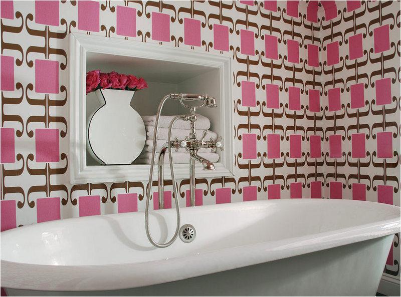 Розовые обои в ванной комнате
