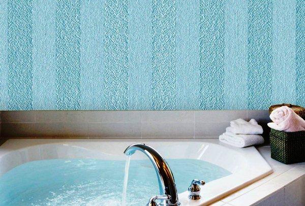 Стеклообои голубые в ванной