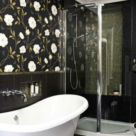 Темные обои в ванной