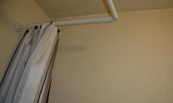 Что представляет собой угловая штанга для шторы в ванную