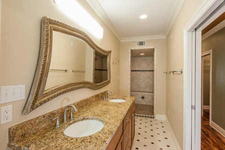 Фигурное зеркало в ванне