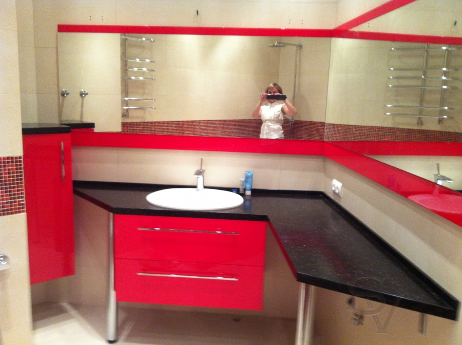 Красный и черный цвет в интерьере комнаты