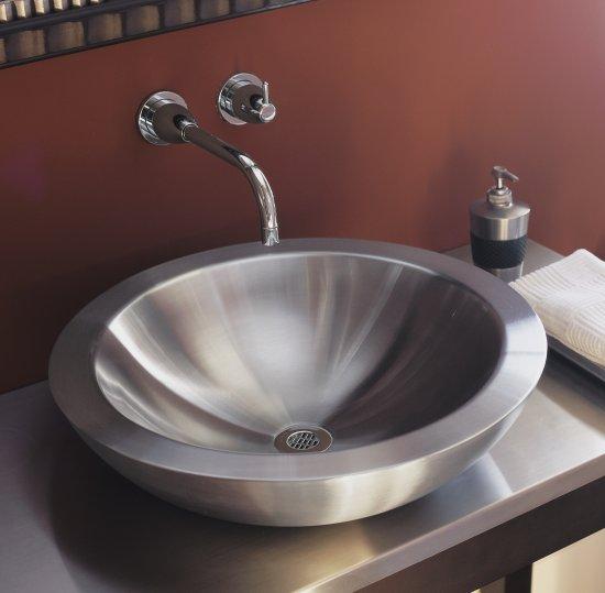 Металлическая раковина в ванной