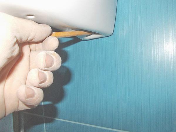 Отмечаем места крепления раковины на стену