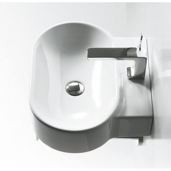 Овальная раковина в ванной