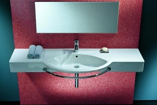 Подвесная раковина с полотенцедержателем в интерьере стильной ванной комнаты