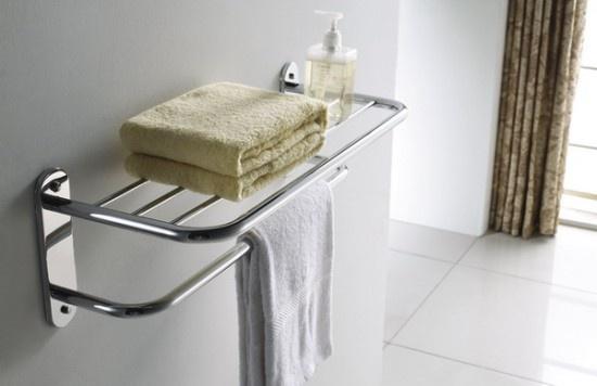 Полки из металла в ванной