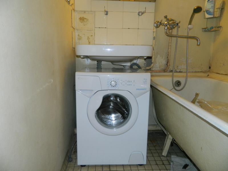 Раковина над стиральной машиной в ванной старой постройки