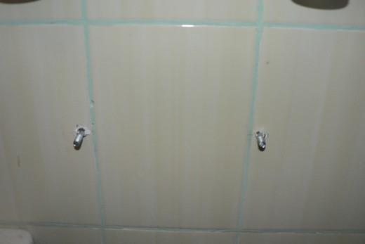 Шпильки для крепления умывальника в ванной