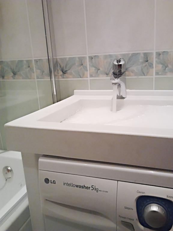 Специально для малогабаритных ванных комнат разработан умывальник, под которым можно установить стиральную машину